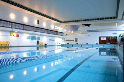 Informacja o cenach biletów i karnetów na pływalni w SP 8